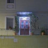 Zaświecający domowi drzwiowi boże narodzenia dekorujący Zdjęcie Stock
