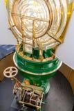 Zaświecający latarni morskiej światło z widokiem Fresnel wzrokowego systemu i starego zegarowego mechanizmu przy dnem, Zdjęcie Royalty Free