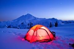 Zaświecający namiot na Śnieżnej górze pod Gwiaździstym niebem Fotografia Stock
