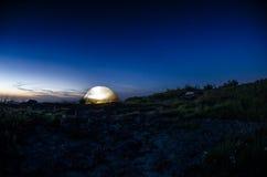 Zaświecający namiot przy półmrokiem Zdjęcie Royalty Free