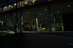 Zaświecający rowerowy pas ruchu iść pod budynkiem z wiele filarami zdjęcie stock