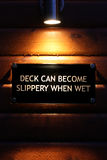 zaświecający szyldowego ostrzeżenia mokry drewno Zdjęcie Stock
