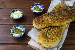 Za «atar chleb, libańczyk lub chleb robić z sumakami, turecki lub arabski, sezamowych ziaren oliwa z oliwek słuzyć z labneh lub l fotografia royalty free