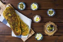 Za «atar chleb, libańczyk lub chleb robić z sumakami, turecki lub arabski, sezamowych ziaren oliwa z oliwek słuzyć z labneh lub l zdjęcia stock