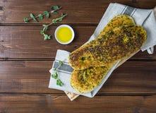 Za «atar chleb, libańczyk lub chleb robić z sumakami, turecki lub arabski, sezamowych ziaren oliwa z oliwek słuzyć z labneh lub l obrazy stock