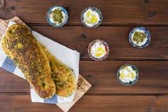 Za «atar chleb, libańczyk lub chleb robić z sumakami, turecki lub arabski, sezamowych ziaren oliwa z oliwek słuzyć z labneh lub l zdjęcie stock