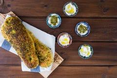 Za «atar chleb, libańczyk lub chleb robić z sumakami, turecki lub arabski, sezamowych ziaren oliwa z oliwek słuzyć z labneh lub l zdjęcie royalty free