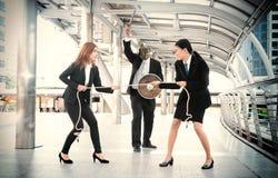 Zażarta Rywalizacja pracowników bizneswomanów biurowa biznesowa bitwa Obrazy Royalty Free