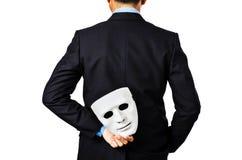 Za biznesowym mężczyzna trzyma biel maskę Zdjęcia Stock