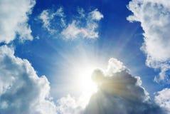 za chmury światłem słonecznym Zdjęcia Royalty Free