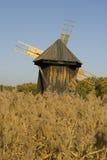 za drewnianym starym trzcina wiatraczkiem Obrazy Royalty Free
