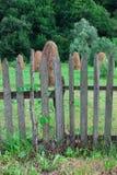za drewnianymi płotowymi haystacks zdjęcie stock