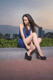 za dziewczyna zmierzchem ładnym siedzącym Zdjęcie Stock