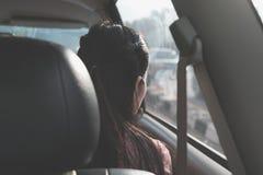 Za dziewczyny podróżą wzdłuż sposobu i patrzeć przez okno wśrodku samochodu Obraz Royalty Free