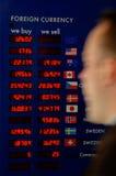 za gnaniem wymiana walut deskowy mężczyzna Obrazy Stock
