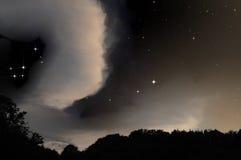 za gwiaździstym chmury niebem Zdjęcie Royalty Free