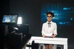 Za kamerą - TV dziennikarz Fotografia Stock