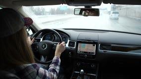 Za kołem drogi samochód, słodka dziewczyna Jedzie na autostradzie, ona oczy odbijają w rearview zdjęcie wideo