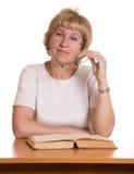 za książki kobietą dojrzałą stołową Zdjęcia Royalty Free
