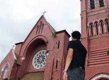 Za mężczyzna pozycją przed głównym budynkiem kościelny i kościelny wierza przy katedrą święty trinity zdjęcie royalty free