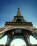 za piktem wieżę Eiffel hd widok szeroki Obrazy Royalty Free