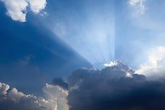 za promienia obłocznym słońcem Fotografia Stock