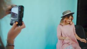 Za sceną: dwa wzorcowej dziewczyny pozują dla fotografa zbiory wideo