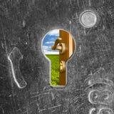 za starym keyhole drzwiowym kędziorkiem otwiera Zdjęcia Stock