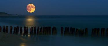 Za zachód od księżyc nad morzem Zdjęcie Royalty Free