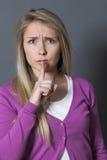 Zaaferowana młoda kobieta wymaga utrzymywać rodzinnego sekret Obraz Stock