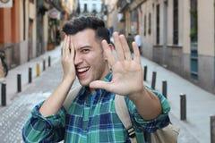 Zaaferowany śliczny facet ono uśmiecha się przy kamerą obraz royalty free
