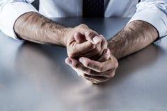 Zaaferowany biznesowy mężczyzna wręcza wyrażać kontrolowaną frustrację i napięcie Zdjęcie Royalty Free
