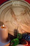 Zaag als Kerstmisklok, brandende kaars en geschilderde sparappel wordt gesneden dat Stock Foto's