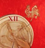 Zaag als Nieuwjaar` s klok en gouden haan op gevormd die rood wordt gesneden Royalty-vrije Stock Fotografie