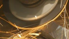 Zaag om metaal te snijden De zaag om metaal te snijden snijdt een staal Vonkenvlieg in alle richtingen Close-up stock footage