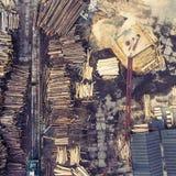 zaagmolen Felled bomen, logboeken in een stapel worden gestapeld die Mening van hierboven stock fotografie