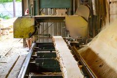 zaagmolen Het proces om machinaal te bewerken opent de zagen van de zaagmolenmachine de het programma boomboomstam stock fotografie