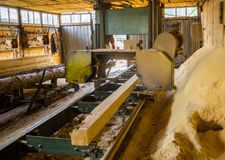 zaagmolen Het proces om machinaal te bewerken opent de zagen van de zaagmolenmachine de het programma boomboomstam royalty-vrije stock foto's