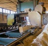 zaagmolen Het proces om machinaal te bewerken opent de zagen van de zaagmolenmachine de het programma boomboomstam stock afbeeldingen