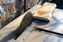 zaagmolen Oude machine om raad te zagen Cirkelzagen De houtbewerkingsindustrie stock foto's