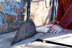 zaagmolen Oude machine om raad te zagen Cirkelzagen De houtbewerkingsindustrie stock foto