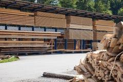 Zaagmolenopslag van houten planken royalty-vrije stock afbeelding
