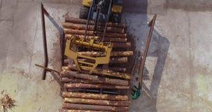 Zaagmolenwerkschema De bulldozer maakt het programma opent de transportband van een houtbewerkingsfabriek leeg stock videobeelden