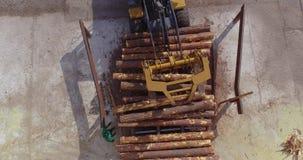 Zaagmolenwerkschema De bulldozer maakt het programma opent de transportband van een houtbewerkingsfabriek leeg stock footage