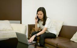 Zaakcentowana Azjatycka kobieta używa laptop przy nocą, freelance pracujący los angeles zdjęcia stock