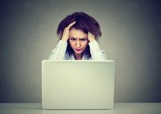 Zaakcentowana biznesowa kobieta używa laptop zdjęcia stock