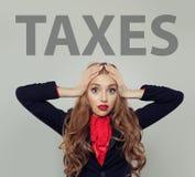 Zaakcentowana biznesowa kobieta z podatkami wpisowymi obraz stock