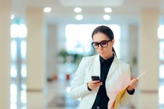 Zaakcentowana Biznesowa kobieta z Smartphone i dokumentami Zdjęcia Stock