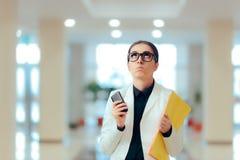 Zaakcentowana Biznesowa kobieta z Smartphone i dokumentami Zdjęcie Stock