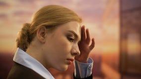 Zaakcentowana bizneswomanu cierpienia migrena, patrzeje pejzaż miejskiego, odpoczynkowy zbliżenie zdjęcie wideo